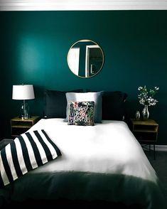 Bedroom Paint Color Schemes and Design Ideas Guest room vibes – emerald green walls. Bedroom C Green Bedroom Walls, Green Bedroom Decor, Living Room Green, Bedroom Paint Colors, Green Rooms, Bedroom Ideas Paint, Teal Master Bedroom, Calming Bedroom Colors, Colourful Bedroom