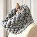 DIY: Le snood Bandol – Bee made Je vous les avais promis, le… Loom Knitting Stitches, Hand Knitting, Knitting Patterns, Knitting Projects, Bonnet Crochet, Knit Crochet, La Red, Mode Style, Neck Warmer