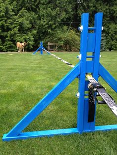 Custom made slackline stands with 4 adjustable heights. Super fun to build! Backyard Gym, Backyard Paradise, Backyard Landscaping, Natural Playground, Outdoor Playground, Playground Ideas, Climbing Wall, Rock Climbing, Diy Yard Games