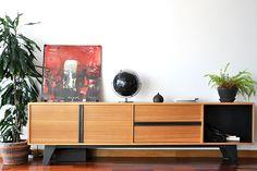 Salón de una casa Cube Deco. Salón Cube Deco. Aparador de madera de eucalipto y acero. #muebles #salón #decoración #interiorismo #ACoruña