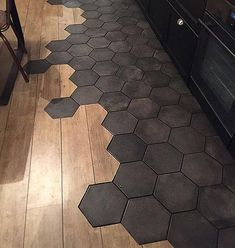 Tendances sol 2020 : 8 revêtements que vous allez adorer - Tendances sol 2019 : 7 revêtements que vous allez adorer Effektive Bilder, die wir über diy face - Tile To Wood Transition, Transition Flooring, Kitchen Tiles, Kitchen Flooring, Kitchen Decor, Floor Design, Tile Design, Hexagon Tiles, Hexagon Tile Bathroom
