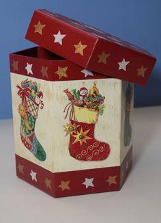 Porta panetone - Natal especial Country Christmas, Christmas Art, All Things Christmas, Vintage Christmas, Christmas Holidays, Christmas Decorations, Christmas Ornaments, Decorative Tile, Decorative Boxes