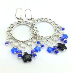 Kolczyki maxi koła z gwiazdami i kryształkami w kolorze lapis blue.