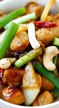 Spicy Cashew Chicken – easy and delicious chicken with cashew nuts with just the right amount of heat. Takes 20 mins to make and much better than takeout. Easy Delicious Recipes, Healthy Recipes, Tasty, Good Food, Yummy Food, Asian Cooking, Mets, Food Dishes, Main Dishes