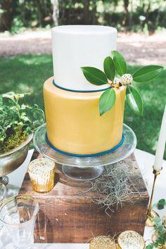 wedding cake with gold - photo by Jenna Marie Weddings http://ruffledblog.com/lowcountry-inspired-wedding-ideas