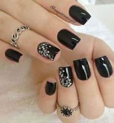"""""""Pretinho lindo nas unhas da Sabrina @sabrizaneli Falanges da @acessorioindispensavel @acessorioindispensavel #divulgamef #dicasdeunhasbr #blogdarosane…"""""""