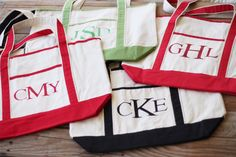 DIY Monogrammed Beach Totes diy-crafts-how-to Diy Monogram, Monogram Tote Bags, Monogram Canvas, Zipper Pouch Tutorial, Purse Tutorial, Tutorial Sewing, Monogram Painting, Fabric Painting, Bag Patterns To Sew