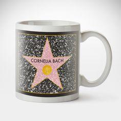 Wer möchte das nicht, zu der Riege der ganz großen Stars gehören, deren Name in Hollywood auf dem Walk of Fame verewigt ist? Mit unserer Tasse - Star of Fame - Personalisiert kein Problem.