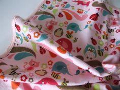 Weiche und leichte Babydecke mit Häckelborte in sehr schönen zarten Farben.  Die Decke ist extra groß 100x100 cm und damit gut geeignet zum Pucken.