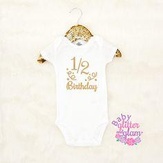 Medio cumpleaños camisa el traje de cumpleaños de 1/2 chicas White Long Sleeve Bodysuit, White Bodysuit, Size Chart, Cotton, Clothes, Tops, Fashion, Half Birthday, Shirts