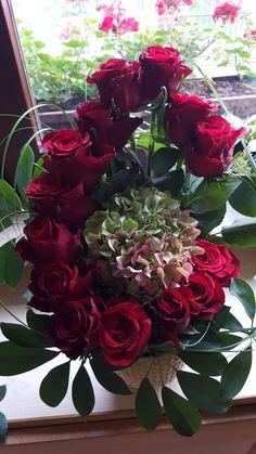 Easter Flower Arrangements, Rose Arrangements, Beautiful Flower Arrangements, Unique Flowers, Flower Boxes, My Flower, Funeral Bouquet, Christmas Swags, Ikebana