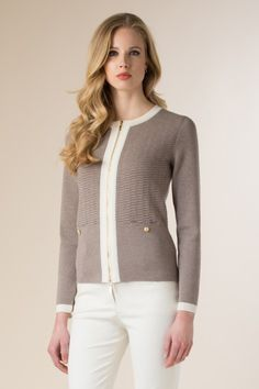 Giacca in maglia con zip da tenere aperta perfetta anche con i jeans ed un top scuro  Knitted pull with zip perfect with dark pants and top