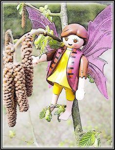 Haselnuss  von  Cicely Mary Barker  Das wissen Spatz und auch Spätzchen, wenn diese langen Kätzchen am Haselstrauch sich wiegen, mitunter richtig fliegen wie kleine Lämmerschwänzchen beim Lämmerwiesentänzchen, dann ist die kalte Zeit vorbei. Sie singen jetzt: Juchhe – Juchhei!