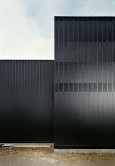 A galvanized steel secondary structure is fixed to this wall, where the steel profiles that complete the ventilated façade are bolted. The profiles are 0,6mm steel sheets, perforated and plain.