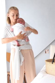 How to put your new born in a wrap The best baby wraps/ carriers, first walkers and accessories Newborn to Insta Source by Related posts: Ten Newborn Baby Care tips for the First time Mom! Surviving the First Week with a Newborn. Designer Baby, Baby Design, Baby Kind, Baby Love, Baby Baby, First Baby, Best Baby Wrap Carrier, Baby Care Tips, Baby Arrival
