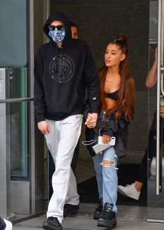 Ariana Grande steps out in high waist straight ripped jeans by Re/Done