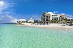 Im Adults Only Sandals Royal Bahamian Resort erwartet Dich purer Luxus! Die 5 Sterne-Anlage befindet sich direkt am glasklaren Meer, hat 10 Restaurants und einen Spa-Bereich ganz im balinesischen Stil.