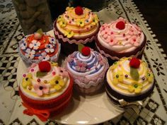 FELT CUP CAKE- Great cupcakes for my daughters fake felt food toys. Cara here is your next project for the girls.
