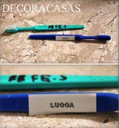 Usar a etiquetadora para diferenciar escovas de dentes