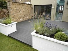 Urban Garden Design Interesting Small Front Garden Design Waterfall Best Ideas 05 - As the prices of real properties skyrocket, most people can no longer afford to own houses with wide front lawns. Design Patio, Terrasse Design, Urban Garden Design, Back Garden Design, Balcony Design, Garden Bed Layout, Small Front Gardens, Back Gardens, Building A Deck