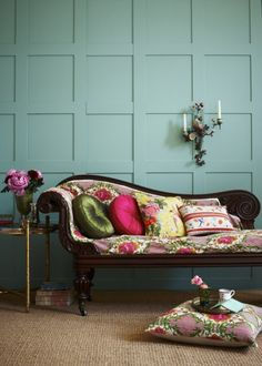 Eye For Design: Decorating With The Chaise Lounge Style At Home, Murs Turquoise, Turquoise Flowers, Wallpaper Wall, Regency Furniture, Teal Walls, Turquoise Walls, Living Spaces, Living Room