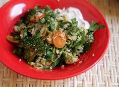 Quinoa com brócolis, abobrinha e tomate, molho de tahina - Papacapim