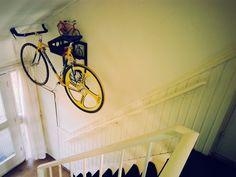 Helytakarékos bringatárolás , ami nem csak a bringa elhelyezését oldja meg, hanem az összes bringás cuccét is! Mi úgy látjuk, ez minden biciklis álma!