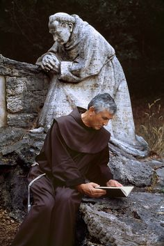 Rieti, Italy Steve McCurry: gorgeous photographs of people reading around the world. Photographs Of People, Pictures Of People, Steve Mccurry Photos, How To Read People, Picture Stand, Photo Vintage, Images And Words, People Of The World, Sculptures