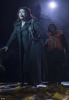 Kate Bush during her first concert in 35 years - fantastic artist, mind blowing show. So great to see a woman of her age and stature so happy in her own skin. Music Pics, My Music, Hammersmith Apollo, Before The Dawn, Mature Fashion, Post Punk, Female Singers, Music Artists, Musica