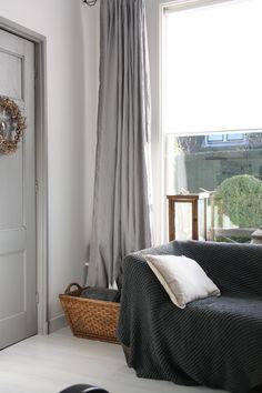 Grijze plaid van Evenaar. Grijs linnen gordijnen van Ikea ©BIJ Ieke