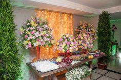 Foto por Dimensão Fotografia ❤ Lorrane & Odirlei em Vila Velha/ES. Decoração de casamento clássica + Amarelo e magenta, cortina de led   Classic wedding + Yellow and magenta, lights