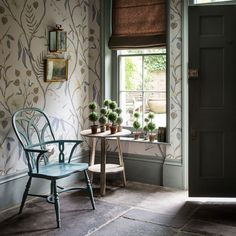 Hallway wallpaper ideas gallery Country hallway with large-scale botanical wallpaper Hall Wallpaper, Chic Wallpaper, Wallpaper Ideas, Botanical Wallpaper, Wallpaper For Hallways, Cottage Wallpaper, Painting Wallpaper, Botanical Prints, Hallway Decorating