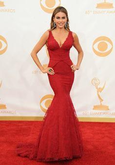Sofía Vergara lleva un Vera Wang rojo con mucho escote, ajustado y con corte sirena, una vez más.