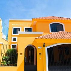 Mexican Style Homes, Spanish Style Homes, Spanish House, Brick Cottage, Pintura Exterior, Caribbean Homes, Mexico House, Brick Garden, Exterior Paint Colors For House
