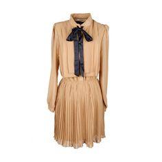 Contrast Bowknot Pleated Khaki Dress (3.165 RUB) ❤ liked on Polyvore featuring dresses, vestidos, romwe, short dress, pleated dress, long sleeve mini dress, chiffon mini dress, short dresses and beige long sleeve dress