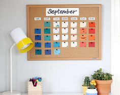 Pin pretty paint chips to a cork board and use it as a custom calendar. 5 Insanely Easy DIYs You Can Make In 5 Minutes Decor Crafts, Diy Home Decor, Diy Crafts, Room Decor, Diy Pour La Rentrée, Paint Chip Calendar, Diy Tableau, Calendrier Diy, Diy Kalender