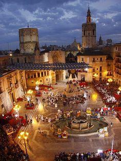 Plaza de la Virgen: de place to be in de avond! #Spain #Valencia http://www.cityzapper.nl/Valencia/Bezienswaardigheden/catedral-de-santa-valencia