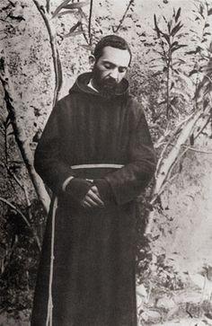 Ancora Padre Pio fotografato nel giardino del Convento di San Giovanni Rotondo (giugno/agosto 1919)