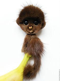 Купить или заказать Норковая обезьянка Мокко в интернет-магазине на Ярмарке Мастеров. Эта брошечка уже нашла свою любящую хозяйку, возможно исполнение похожей на заказ !:) Брошь обезьянка Мокко, необычного шоколадного цвета . Сделана она из натурального меха норки и замши (обратная сторона). Размер украшения 5 см в ширину на 12 см в высоту вместе с закрученным хвостиком, как на картинке. Хвост на проволочном каркасе, можно подкручивать по своему усмотрению…
