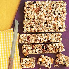Recipes Snacks Bars The combination of popcorn, coconut, almonds, raisins and apricots is the perfect blend of salty and sweet in these Popcorn Snack Bars. Popcorn Snacks, Popcorn Bar, Popcorn Recipes, Snack Recipes, Honey Popcorn, Free Recipes, Dessert Recipes, Healthy Afternoon Snacks, Healthy Snacks