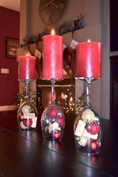 Loveable and Artistic Christmas Table Centerpiece Idea With Reversed Wine Glasses and Stunning Red Candles In Top also BEautiful Small Ornament Details Wine Glass Centerpieces, Christmas Table Centerpieces, Christmas Table Settings, Xmas Decorations, Wedding Centerpieces, Christmas Love, Christmas Ornaments, Christmas Wine Glasses, Deco Table Noel