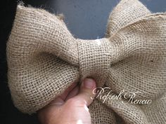 Easy Burlap Bow-tutorial, gonna try this! Burlap Projects, Burlap Crafts, Craft Projects, Craft Ideas, Crafts To Do, Arts And Crafts, Diy Crafts, Burlap Bow Tutorial, Flower Tutorial