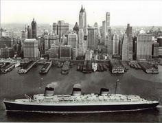 Le paquebot le Normandie entrant dans New York une trentaine d'années avant le France.