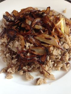 Mjadara briz/mdardra (Lebanese name) Very healthy dish! Could b a vegetarian plate :) Rice, brown lentil, Cumin spice,olive oil and salt,water. Topped w onion (fried w olive oil or cooking oil  Exact recipe a available upon request #vegan #vegetarian #lebanese