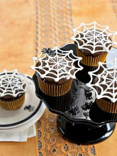 Super-easy white-chocolate toppers appear to float, Houdini-like, over chocolate cupcakes. These are perfect decorations for halloween cupcakes. Halloween Desserts, Hallowen Food, Dulces Halloween, Bolo Halloween, Postres Halloween, Halloween Goodies, Halloween Spider, Halloween Party, Halloween Ideas