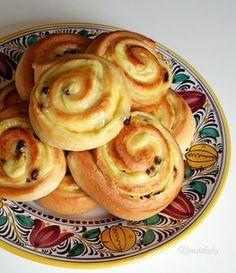 Cesto v týchto pudingových slimákoch je veľmi jemné a dobre sa s ním pracuje. Plnka je zo zlatého klasu a hrozienok. My Dessert, Dessert Recipes, Snails Recipe, Savory Pastry, Czech Recipes, Food Gallery, International Recipes, Cake Cookies, Good Food