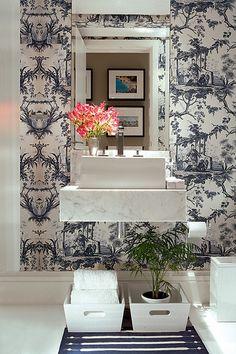 Por não ser área molhada como o banheiro, o ambiente permite uma variedade maior de revestimentos e a inclusão de objetos como quadros, fotografias, plantas... Inspire-se nestas ideias para criar um lavabo encantador