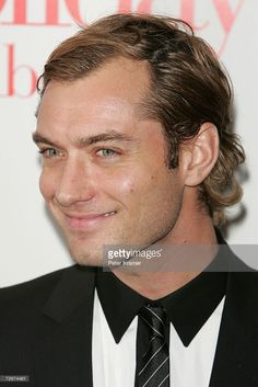 Actor Jude Law attends 'The Holiday' premiere presented by Columbia Pictures & Universal Pictures at the Ziegfeld Theatre November 29, 2006 in New York City.