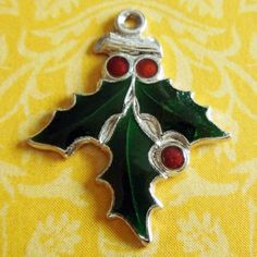 Vintage-Enamel-DARK-GREEN-CHRISTMAS-HOLLY-BERRIES-Sterling-Silver-Holiday-Charm