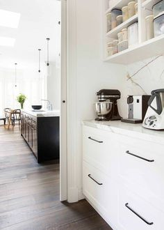 Luxury Kitchen How to design the perfect walk-in pantry. Open kitchen shelves - Interior Designer behind Studio Black Interiors shares her advice on how to design the perfect walk-in pantry - everything from layout, size, materials. Kitchen Butlers Pantry, Kitchen Pantry Design, Butler Pantry, New Kitchen, Kitchen Decor, Kitchen Cabinets, Kitchen Shelves, Wall Cabinets, Luxury Kitchens
